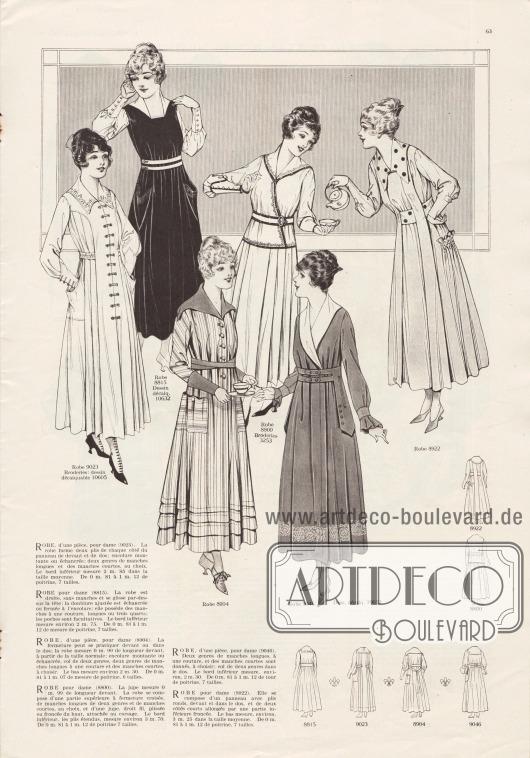 9023 & 10605: Mantelkleid für Damen mit eingearbeiteten, rund ausgeschnittenen Beuteltaschen und besticktem Kragen und Gürtel. Plissierte Paneele sind beidseitig bogig an Passe und Frontpaneel angefügt. Spitze, hohe Manschetten. 8815 & 10632: Einfaches und gleichzeitig elegantes Damenkleid aus schwarzem Stoff. Ärmel, Kragen, Doppelgürtel sowie die engen Manschetten sind aus kontrastierendem, weißen Material. Aufgesetzte pfeilartige Taschen. 8904: Schickes Mantelkleid aus gestreiftem Stoff und einfarbigem, dunkleren Material für die hohen Manschetten, den Gürtel und den Kragen. Für die aufgesetzten Taschen ist das gestreifte Material horizontal verarbeitet. Rocksaum mit mehreren unterschiedlich breiten Rüschen. 8800 & 3253: Zweiteiliges Damenkleid bestehend aus Bluse und Plisseerock. Das Oberteil wird überkreuzt und mit einem Gürtel geschlossen. Dunkle Einfassborte ziert den Kragen, die hohen Manschetten und die restlichen Kanten des Oberteils. 9046 &10632: Mondänes Damenkleid aus dunklem Material mit verdeckter Knopfleiste und einem weißen Schalkragen. Die Manschetten sind gebunden und wie der Rocksaum rundum bestickt. Doppelter Gürtel mit beidseitigen pfeilartigen, lose aufliegenden Laschen. 8922: Damenkleid für den Nachmittag aus hellem Stoff. Für Kragen und Gürtel wurde großgepunktetes Material verarbeitet. Zwei schmale Stoffpaneele greifen von den Schultern über den Gürtel bis hin zum Saum. Seitliche Einsätze am Rock bilden Taschen die mit Reihenziehungen markiert sind.