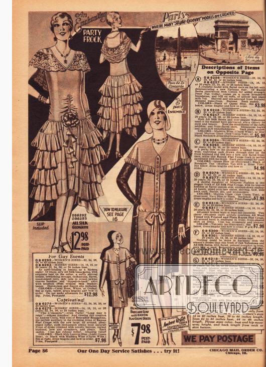 Links ein extravagantes Abendkleid aus Seiden-Georgette mit einem Spitzenkragen, der sich zu einem Cape ausweitet und einem Rock mit mehreren übereinanderliegenden Volants. Der Saum ist asymmetrisch verlängert und das Oberteil ist eng tailliert. Eine Stoffblume schließt das Kleid ab. Rechts daneben ein Ensemble mit einem Mantel aus Rayon-Brokat und einem Kleid aus Rayon Krepp. Das Kleid zeigt ein Cape mit Plisseerand, eine Frontleiste mit Knöpfen die in einer Schleife endet und einen plissierten Rock.
