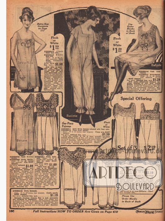 """Etwa knielange, ärmellose Unterhemden aus weißem oder fleischfarbenem """"Seco""""-Silk, Batist oder Nainsook (Musselin; lockerer, feinfädiger Stoff aus Baumwolle) für Frauen. Die Hemdchen zeigen reiche Stickereien, Hohlnähte, Einsätze aus Filet-Spitze oder Valenciennesspitze, Spitzenborten oder auch Reihenziehungen. In der Mitte befindet sich ein einteiliger Pyjama aus Batist, mit verdeckter Knopfleiste in der Front und aufgesetzter, seitlicher Tasche. Elastische Knöchelbündchen und Hohlnähte."""