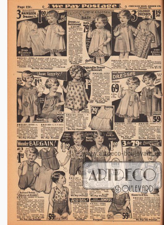 """Sehr weit geschnittene sackartige Kleidchen (engl. """"bloomer dresses"""") aus Nainsook (besonders leichter Musselin, Baumwollgewebe), Batist/Linon, Baumwoll-Pongee, geblümtem Organdy, Seidengewebe, Chiffon Schleierstoff und merzerisiertem Baumwoll-Pongee für Babys und Kleinkinder – vor allem für Mädchen von 6 Monaten bis 4 Jahre. Im Zentrum der Seite ein langes Unterhemdchen aus Musselin. Unten befinden sich kleine Anzüge mit Pumpbeinen, Spielanzüge, Strampelanzüge und eine Latzhose aus Baumwoll-Pongee, Leinen, merzerisiertem Pongee, Breitgwebe und Khaki-Chambray-Mischgewebe für 6 Monate bis 4-jährige Jungen."""