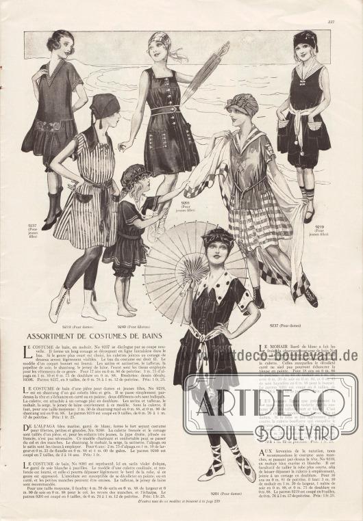 """""""Sortiment mit Badeanzügen"""" (frz. """"Assortiment de costumes de bains"""").9237: Einteiliger Badeanzug mit Rock, Höschen, Stickerei in der Front und kurzen Ärmelchen aus Mohair. Satin, Taft, Seiden-Popeline, Shantung, Woll-Jersey wären ebenso verwendbar. Das Modell ist für junge Mädchen (oben links) und Damen (unten rechts) vorgesehen.9219: Einteiliges Badekostüm aus blau-grau gestreiftem Shantung für junge Damen oder Frauen. Das Modell zeigt dunklen Garniturstoff als Gürtel, Kragen und Taschenklappen. Neben Shantung wären für das Badekleid auch Satin, Taft, Mohair, Serge oder Woll-Jersey denkbar.9240: Badekostüm für junge und sehr junge Mädchen aus marineblauem Alpaka mit weißen Streifen und gereihten Hosenbeinen. Das Badekostümchen kann neben Alpaka auch aus Shantung, Mohair, Serge oder Satin geschneidert werden.9201: Badekleid für Damen (unten) aus violettem Satin garniert mit weißer Seide. Auch Taft oder Woll-Jersey wären als Stoffe geeignet. Ein Modell für junge Mädchen befindet sich oben in der Mitte."""