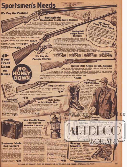 """""""Sportjäger Bedarf"""" (engl. """"Sportsmen's Needs""""). Ein doppelläufiges sowie ein Jagdgewehr mit nur einem Lauf der Marke Springfield, ein Repetiergewehr der Marke Stevens, ein Luftgewehr (""""King Air Rifle"""") und ein Gewehr Kaliber 22 (""""Bolt Action 22 Cal. Single Shot""""). Unten werden ein Fotoapparat im Kistenformat (Boxkamera) der Marke Eastman und eine benzinbetriebene Laterne angeboten. Rechts unten befinden sich ein hoher Stiefel der ideal für Jäger, Fischer oder Holzfäller ist, eine Jacke mit geräumigen Taschen und Taschenreißverschluss für Jäger, ein Tragegurt aus Leder mit Riemen zum Aufhängen erlegter Wildtiere (z. B. Gänse oder Truthühner) und ein Reinigungs-Kit für Gewehre und Schrotflinten."""