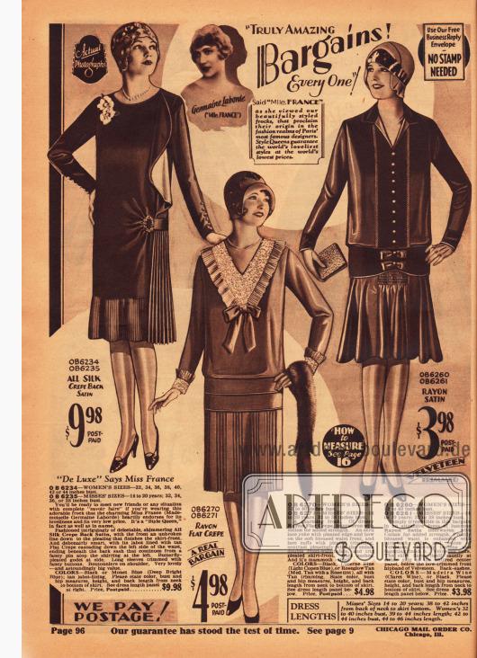 Drei günstige Damenkleider aus Seiden Krepp und Satin, Rayon Krepp sowie Rayon-Satin. Während das rechte Kleid glockig gearbeitet ist, zweigen die beiden vorangegangenen Kleider Röcke mit Plisseeteilen und Plisseeeinsätzen.