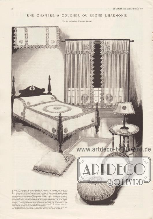 """""""Ein Schlafzimmer, in dem Harmonie herrscht [Siehe Erläuterungen auf der gegenüberliegenden Seite]"""" (frz. """"Une chambre à coucher où règne l'harmonie [Voir les explications à la page ci-contre])"""".  L'effet ravissant de cette chambre à coucher est obtenu par les divers article de lingerie qui la décorent et qui sont tous ornés des mêmes motifs de Cluny, ce qui donne cet heureux et harmonieux ensemble qui fait la recherche des appartements élégants. Cette dentelle est assez épaisse et son exécution sera relativement rapide. On la combine à l'étamine, celle-ci se prêtant bien aux effets de transparence, elle sera doublée d'une soie ou satinette de la teinte dominante de la chambre à coucher. Si on le désire, les rideaux, l'abat-jour, les coussins pourraient également égayer une salle à manger. Le petit tapis de table et celui de commode, ou de dressoir, s'harmoniseront fort bien avec toute pièce ou une chambre à coucher ayant des tentures de cretonne ou des rideaux de couleur. La dimension de ces objets et les explications pour les exécuter, ainsi que les gravures des détails de la dentelle sont données à la page ci-contre."""