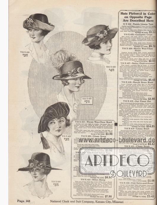 """Fünf Sommerhüte aus gewebtem, leichtem """"Wen-Chow""""-Stroh (?), Glanzstroh und französischem Krepp, Seiden-Samt oder Milan-Hanfstroh für Damen. Die Hutformen beinhalten ein Modell mit hochgeschlagener Stoffkrempe, einen Dreispitz, ein Modell mit schutenartig geformter Krempe, eine Schottenmütze (engl. """"Tam-o-Shanter"""") sowie einen Sommerhut mit breiter, glatter Krempe. Künstliche Trauben und Stoffblüten, Rosenknospen, Blattwerk, Blumenkränze und Gebinde aus Samt, Samt- und Ripsbänder, Kokarden oder opulenter Straußen-Federschmuck dienen als Aufputz."""