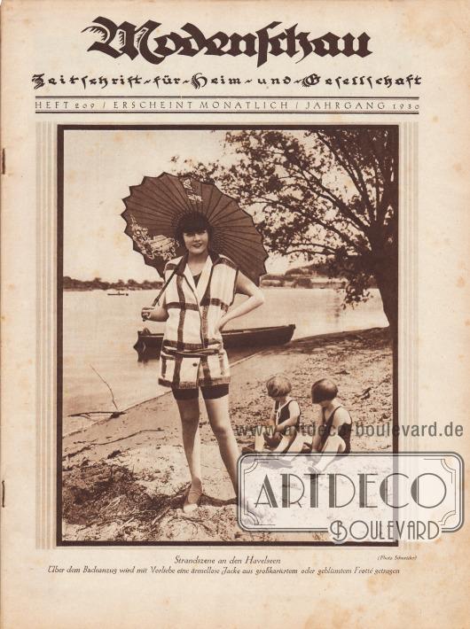 """Titelseite der Illustrierten Modenschau (Untertitel: Illustrierte Monats-Zeitschrift für Heim und Gesellschaft) Nr. 209 vom Mai 1930.  Das großformatige Titelfoto zeigt im Vordergrund eine junge Frau im Badeanzug mit kurzer Frottéjacke und japanischem Sonnenschirm aus Papier. Im Hintergrund sind ein See mit Boot sowie ein Baum zu sehen. Im Sand hinter der Frau sitzen, abgewendet von der Kamera, zwei Kleinkinder. Das Bild hat die Bildunterschrift """"Strandszene an den Havelseen. Über dem Badeanzug wird mit Vorliebe eine ärmellose Jacke aus großkariertem oder geblümtem Frotté getragen"""". Foto: Atelier Ernst Schneider, Berlin (1881-1959)."""