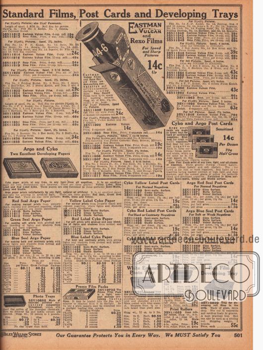 """""""Standard-Rollfilme, Postkarten und Entwicklungsschalen"""" (engl. """"Standard Film, Post Cards and Developing Trays""""). Oben werden Rollfilm-Kartuschen der Marken Eastman Kodak (""""Eastman Vulcan"""") und Rexo offeriert. Darunter sind Postkarten und Papiere zur Fotoentwicklung zu finden. Schalen für die Fotoentwicklung sind am unteren Seitenrand."""
