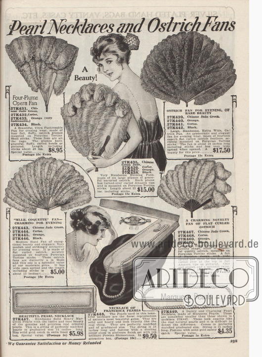 """""""Perlenketten und Straußenfederfächer"""" (engl. """"Pearl Necklaces and Ostrich Fans""""). Verschiedengroße Federfächer aus fluffigen Straußenfedern zu Preisen von 5,- bis 15,- Dollar und echte Perlenketten zu Preisen von 5,98 bis 9,50 Dollar, die perfekt sind für die Abendgarderobe. Die Straußenfedern der Abendfächer sind an Stangen aus Schildpatt befestigt (importierte Schildkrötenpanzer aus Peru). Die Fächer selbst sind in den Farben chinesisch Jadegrün, Cerise-Rot (Kirschrot), Orange oder Schwarz bestellbar gewesen. Die Perlenketten sind aus Marquesa und Francesca Perlen hergestellt. Die mittlere Kette zeigt eine Schließe aus Sterling Silber, die mit persischen Strasssteinen besetzt ist. Zwei Ketten werden in Schatullen geliefert."""