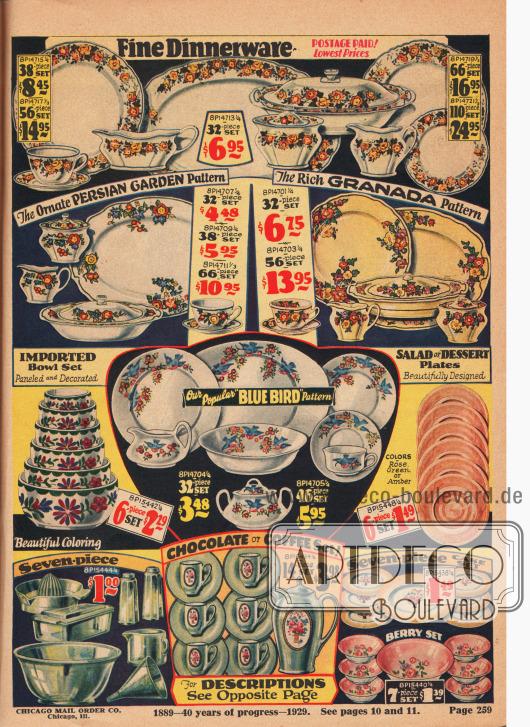 """Esszimmergeschirr, Geschirrservice, Schalen und Küchengeschirr aus Eisenstein (engl. """"Semi-Porcelain"""", nicht zu verwechseln mit echtem Porzellan) oder Glass. Zu den Servicen gehören Tassen, Kaffeebecher, Saucieren, Früchteschalen, Bratenplatten, Suppenschüsseln, Kuchenteller, große Schüsseln, Zuckerdosen, Butterdosen, Sahnekännchen, u.a. Die Geschirrservice oben zeigen ornamentale Musterungen wie """"Persischer Garten"""", """"Granada"""" oder das populäre """"Blue Bird"""" Dekor. Die Geschirre können wahlweise zu 32, 38, 46, 56, 66 oder 110 Teilen bestellt werden. In der Mitte links sind importierte Salatschüsseln zu finden und darunter ein Set Küchengeschirr mit Salzstreuern, Trichter und Zitronenpresse."""