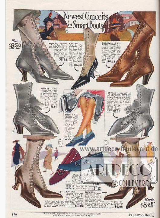 """""""Neueste Eingebungen für elegante Stiefel"""" (engl. """"Newest Conceits in Smart Boots""""). Schnürstiefel aus Chevreauleder (Ziegenleder) oder Lackleder. Mehrere Modelle zeigen einen farblich abstechenden Schaft aus hellem Leder, meist im Farbton Mausgrau. Die Stiefel zeigen wahlweise leicht geschwungene, grobe kubanische Absätze oder geschweifte, schlanke Louis XIV Absätze. Damenschuhe mit spitzen Kappen. In der Mitte werden Damenstrümpfe aus Seide und in der Mitte unten Filzpantoffeln bzw. Hausschuhe mit Ledersohlen in verschiedenen Farben angeboten."""