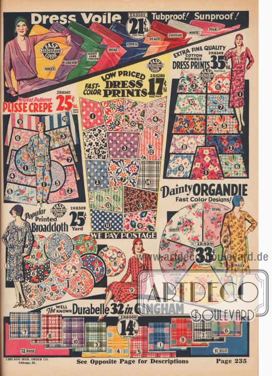 """Bunt bedruckte, gemusterte und farbige Nähstoffe für schlichte Straßenkleider, Hauskleider, Sommerkleider oder Pyjamas. Die angebotenen Stoffe sind Voile (Schleierstoff), Knitter-Krepp, bedruckte Baumwollstoffe und Baumwoll-Japanseide-Mischgewebe, Breitgewebe, geblümter Organdy oder karierter, widerstandsfähiger (""""Durabelle"""") Gingham. Die angebotenen Stoffe werden mit einer Weite von 30 bis 39 Inch (76,2 bis 99,06 cm) angeboten. Die Preise reichen von 14 bis 35 Cent pro Yard (91,44 cm)."""