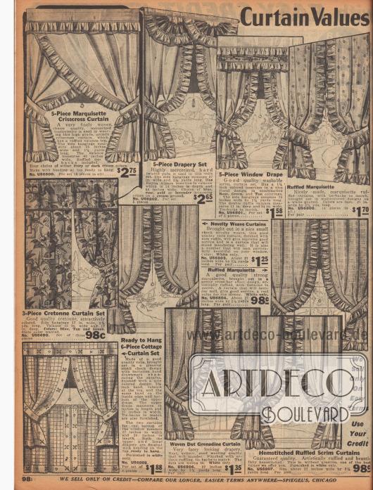 """""""Günstige Vorhänge [Schnäppchen – Auf Kredit]"""" (engl. """"Curtain Values [Bargains – On Credit]""""). Vorhänge und Gardinen, teilweise mit oberer Schmuckleiste (Blende), beispielsweise für Küche oder Wohnräume. Die Vorhänge bestehen aus bis zu sechs Teilen und sind aus merzerisiertem Marquisette, Voile (Schleierstoff), grobgewebten Gitterstoffen (engl. """"scrim"""") oder buntgemustertem Kretonne. Die meisten Vorhänge sind mit Rüschen oder auch mit Hohlnähten versehen."""