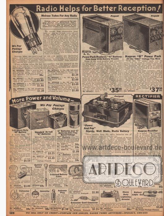 """""""Radio Hilfen zum besseren Empfang!"""" (engl. """"Radio Helps for Better Reception!""""). Radioröhren der Marke Melrose für jedes Radio (Modell Nr. 201-A, 171, 227, 226, 280, 245, 224 und 112), Radiobatterien der Marke Kuprox, ein Gleichrichter/Stromrichter für 115 Volt, diverse 45-Volt Batterien für mehr Leistung und Lautstärke, ein Entstörer für Stromschwankungen (hier engl. """"Filtervolt""""), ein Batterien-Tester, ein Batteriekabel, ein komplettes Antennenset zur Montage auf dem Dach, eine Antennen-Basis, Antennen-Draht, ein Schalter zum Ein- und Ausschalten der Antenne sowie für die Erdung, ein Voltmeter, ein Ammeter (dt. Amperemeter, Stromstärkemessgerät), ein Antennen-Stecker zum Einschrauben in eine normale Lampenfassung als Antennenersatz, ein Verlängerungskabel zwischen Radiogerät und Lautsprecher, ein Blitzableiter für Radiosets sowie ein Batteriekabel-Set."""