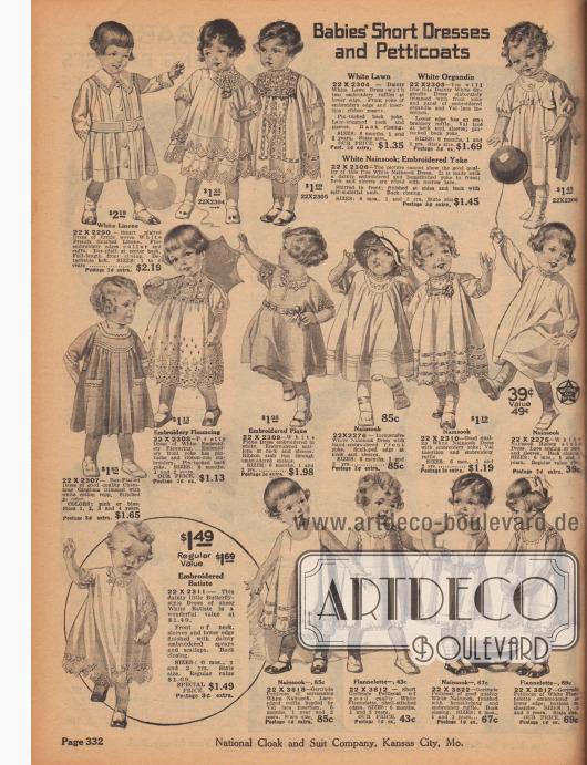 """""""Kurze Kleider und Petticoats für Kleinkinder"""" (engl. """"Babies' Short Dresses and Petticoats""""). Kurze Kleidchen aus weißem Leinen, Linon bzw. Batist, Organdy, Nainsook, Chambray, Pikee oder Flanell für 6 Monate bis 2 Jahre alte Kleinkinder beiden Geschlechts. Die talarartigen Kleidchen sind mit reichen Stickereien, Hohlsaumnähten, bogigen Kanten oder Biesen verziert. Die Hemdchen ohne Ärmel unten rechts werden als """"Gertrude Petticoats"""" bezeichnet."""