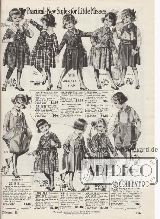 """""""Praktisch-neue Kleider für kleine Damen"""" (engl. """"Practical-New Styles for Little Misses""""). Schicke Kleidchen für 2 bis 6-jährige Mädchen aus karierten und unifarbenen Stoffen wie Chambray, Wollgewebe, Baumwoll-Serge, Gingham, Leinen oder """"Rep"""", einem gerippten Woll- oder Baumwollgewebe. Links sowie rechts unten befinden sich zwei sackartige Spielanzüge mit Pumphöschen (engl. """"Romper Dress"""") aus widerstandsfähigem Rep oder Chambray. Kleine Stickereien, helle oder farblich abstechende Garnituren sowie aufgesetzte kleine Taschen hübschen die Modelle auf."""