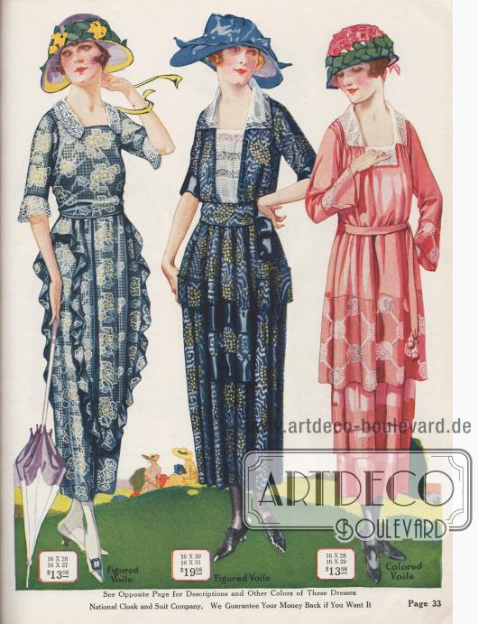 Sommerkleider aus leichten Voilestoffen und kleinen Spitzengarnituren. Das Kleid links weist eine Rüsche in Kaskadenform auf, während das Kleid rechts außen im Tunika-Stil und Volantrock.