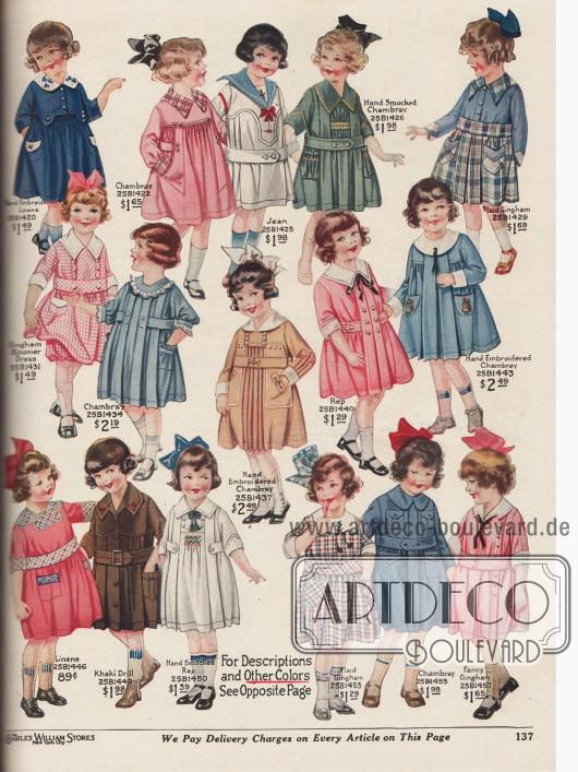 """Weite, sackartig geschnittene Hängerkleidchen und ein Kleidchen mit Pumphöschen (engl. """"bloomer dress"""") aus handbesticktem Leinen, Chambray, Jeansstoff, kariertem und unifarbenem Gingham, Rep (Stoff in Ripsbindung, meist Baumwolle) und Khakistoff für kleine Mädchen von 2 bis 6 Jahren. Die Kleider zeigen Stickereien, farblich abstechende Garnituren, schmale Rüschen und kleine Zierknöpfe. Ein Modell im Matrosenstil (25B1426) und eines mit Peter Pan Kragen (weißer, spitzer Kragen mit schwarzem, schmalen Schleifchen, 25B1440)."""