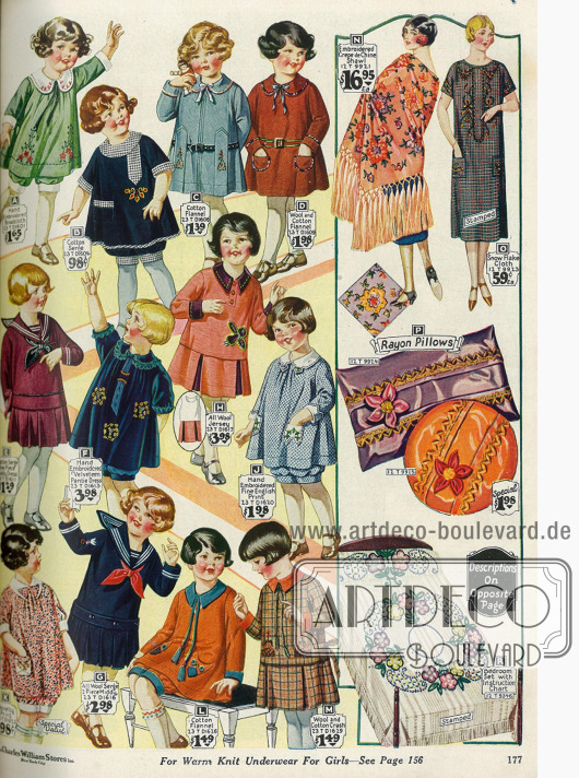 """Kleidchen für 2 bis 6-jährige Mädchen und sog. """"bloomer dresses"""" für kleine Mädchen. Dies sind sehr weit geschnittene, sackähnliche Kleidchen, die mit passenden Höschen getragen werden. Am rechten Rand befinden sich ein großes Umhängetuch aus Crêpe de Chine, ein Kleid, zwei Kissen aus Rayon und ein Bettüberzug."""