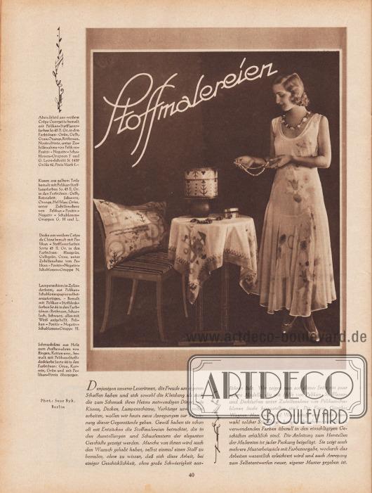 Artikel: O. V., Stoffmalereien.  Passen zum Artikel ist eine großformatige Fotografie abgebildet, die eine Dame im Abendkleid aus bemaltem Stoff, ein Kissen, eine Tischdecke, einen Lampenschirm und eine Schmuckdose zeigt. Foto: Suse Byk, Berlin (1890-1942 oder Anfang der 1960er?).  Die in der Fotografie gezeigten Artikel werden wie folgt erklärt:  Abendkleid aus weißem Crêpe Georgette bemalt mit Pelikan-Stofflasurfarben So.45 II. Gr. in den Farbtönen: Grün, Gelb, Grau, Orange, Rotbraun, Neutraltinte, unter Zuhilfenahme von Pelikan-Positiv-Negativ-Schablonen-Gruppen F und G. Lyon-Schnitt St 1439 Größe 42, Preis Mark 1,-.  Kissen aus gelbem Toile bemalt mit Pelikan-Stofflasurfarben So.45 II. Gr. in den Farbtönen: Gelb, Rotviolett, Schwarz, Orange, Hellblau, Grün, unter Zuhilfenahme von Pelikan-Positiv-Negativ-Schablonen-Gruppen G, H und L.  Decke aus weißem Crêpe de Chine bemalt mit Pelikan-Stofflasurfarben Sorte 45 II. Gr. in den Farbtönen: Blaugrün, Gelbgrün, Grau, unter Zuhilfenahme von Pelikan-Positiv-Negativ-Schablonen-Gruppe N.  Lampenschirm in Zylinderform, aus Pelikan-Schablonenpapier selbst anzufertigen. – Bemalt mit Pelikan-Stoffdeckfarben So.44 in den Farbtönen: Rotbraun, Scharlach, Schwarz, alles mit Weiß aufgehellt. Pelikan-Positiv-Negativ-Schablonen-Gruppe H.  Schmuckdose aus Holz zum Aufbewahren von Ringen, Ketten usw., bemalt mit Pelikan-Stoffdeckfarbe Sorte 44 in den Farbtönen: Grau, Karmin, Grün und mit Pelikan-Firnis überzogen.