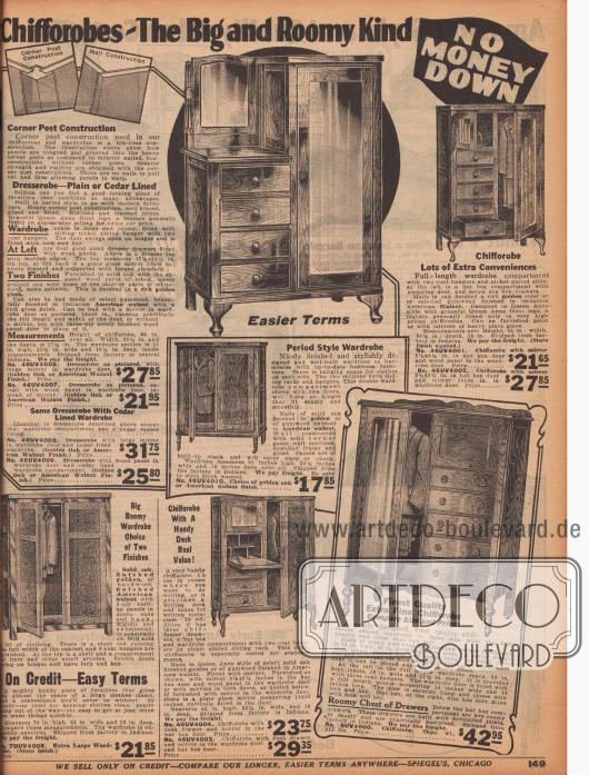 """""""Chiffaroben der großen und geräumigen Sorte"""" (engl. """"Chifforobes – The Big and Roomy Kind""""). Kombinationsmöbelstücke; Kleiderschränke mit Kommoden kombiniert, meist mit tiefem Spiegel oder auch mit einer praktischen, kleinen ausklappbaren Schreibfläche (ähnlich einem Sekretär) für das Schlafzimmer oder die Diele. Die hier gezeigten Möbel sind aus Gummibaumholz gefertigt, die zumeist Amerikanisches Nussbaumholz imitieren. Drei Schränke sind im Queen Anne Stil (1702 bis 1714) mit vorne geschweiften Standbeinen hergestellt."""