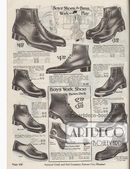 """""""Anzugschuhe, Arbeitsschuhe oder Schuhe zum Spielen für Jungen"""" (engl. """"Boys' Shoes for Dress, Work or Play""""). Stiefeletten zum Schnüren aus Kalbsleder, Spaltleder, silbermetallgefärbtem Leder, Leder mit velourslederartiger Oberfläche oder dunklem Kanevas. Die meisten Modelle zeigen die geschlossene Oxfordschnürung und ein Paar den Derbyschaftschnitt mit offener Schnürung. Ein Modell mit Knopfverschluss und zwei Paare mit verstärkter Kappe aus Kupfer."""