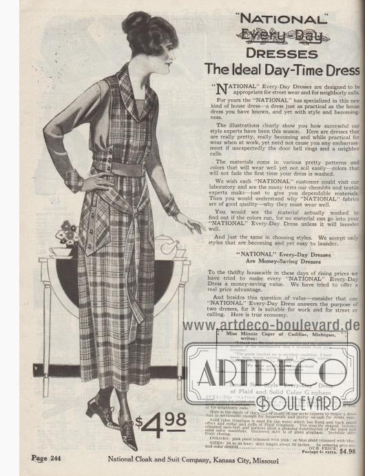 """""""'National' Alltagskleider. Das ideale Tageskleid"""" (engl. """"'National' Every-Day Dresses. The Ideal Day-Time Dress""""). Beginn der Abteilung für schlichte Straßen- und Haushaltskleider, die auch ideal für Gartenarbeit oder ruhige Stunden auf der Veranda sind. Unten rechts ein Testimonial der zufriedenen Kundin Miss Minnie Coger aus Cadillac, Michigan. Links ein Hauskleid aus einfarbigem und kariertem Baumwoll-Gingham für 4,98 Dollar. Das unifarbene Material dient für das Oberteil, den Gürtel und die Taschen, während das karierte Material für das Oberteil-Paneel, den Rock, die Taschenblenden und die aufgeknöpften, langen Gürtelenden verwendet wurde. Knopfgarnitur."""