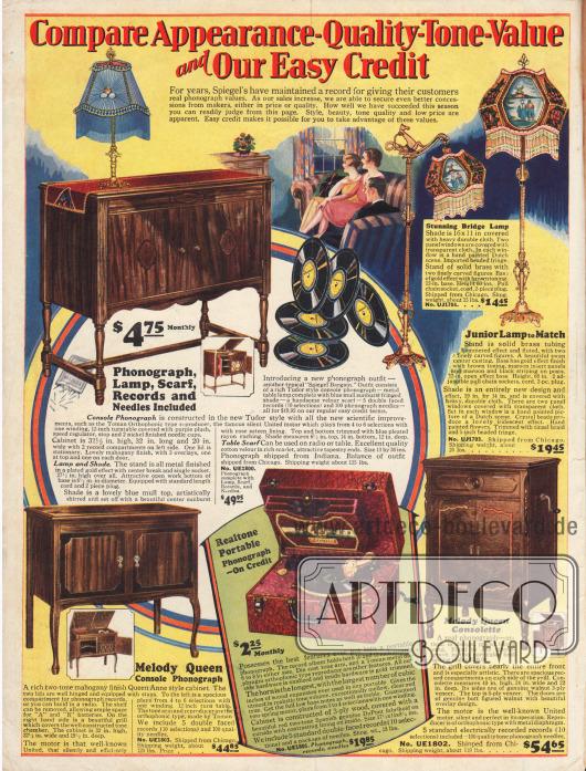 Konsolenphonographen, also Phonographen (Schallplattenspieler) in Zierholzschränken aus Mahagoni oder Walnussholz, die per monatliche Raten abbezahlt werden können. Die Konsolen sind im Tudor (englische Spätgotik, etwa 1485 bis 1603) und Queen Anne Stil (1702 bis 1714) gehalten. Hinter den Schranktüren verbergen sich Ablagefächer für Schallplatten und die Tonkammer mit dem eigentlichen Lautsprecher. Alle Motoren werden rein mechanisch betrieben. Die Lieferung des Modells oben links beinhaltet neben zusätzlichen 100 Schallplattennadeln auch eine Tischlampe und eine passende Decke.Auch ein tragbarer Phonograph und eine Bodenleuchte mit Motivschirm sind im Angebot.