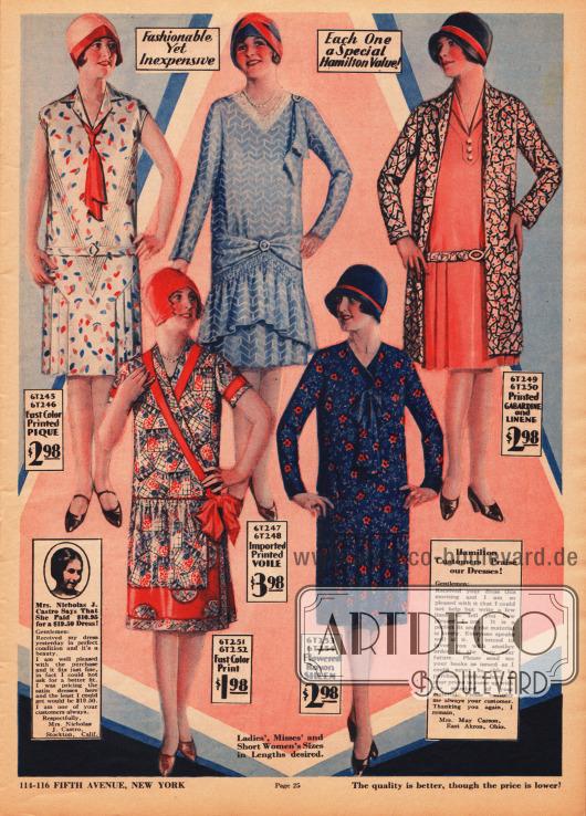 Einfache, sommerliche und bunt bedruckte Haushalts- und Straßenkleider aus Pikee, importiertem Schleierstoff (Voile) und geblümtem Rayon. Rechts oben befindet sich zudem ein Ensemble aus farbigem Gabardine (Mantel) und unifarbenem Leinen (Kleid). Das erste Kleid oben links ist kurzärmelig, zeigt eine rote Krawatte, V-förmige Biesen und einen beidseitigen Plisseeeinsatz am Rock. Das ebenfalls kurzärmelige Kleid unten links besitzt eine Paspel unter der sich der Rock mit einer Reihenziehung anschließt. Seitliche Schleife. Das blaue Kleid oben mittig hat einen Ausschnitt mit Spitze, eine Schulterdrapierung, einen Volantrock mit Reihenziehung und ist mittels einer Brosche vorne zusammengezogen. Das blaue Kleid unten rechts zeigt eine Schleife aus Kleidmaterial als Ausschnittgarnitur.