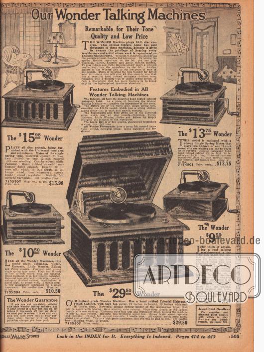 """""""Unsere Wunder-Sprechapparate"""" (engl. """"Our Wonder Talking Machines""""). Einfache, günstige Grammophone aus Mahagoniholz im Kolonialstil zum Preis von 9,50 bis 29,50 Dollar. Bei diesen Grammophonen wurde der Trichter in den Holzkörper des Gerätes integriert. Die horizontalen und vertikalen Aussparungen und Schlitze in den Gehäusen sind die Öffnungen zur Tonkammer und zum Trichter. Die Geräte konnten alle Schellackplatten abspielen (10 und 12 Inch, also 25,4 und 30,5 cm Platten im Durchmesser). Ein Gerät mit Verschlussklappe. Alle Modelle wurden mit 100 Nadeln geliefert."""