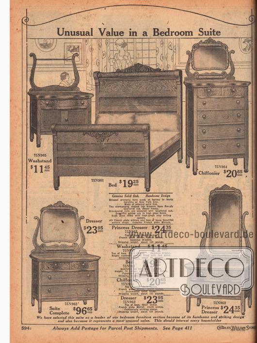 """""""Ungewöhnlicher Wert in einer Schlafzimmereirichtung"""" (engl. """"Unusual Value in a Bedroom Suite""""). Schlafzimmergarnitur bestehend aus breitem Ehebett, einer hohen Kommode mit sechs Schubfächern und Spiegel (engl./frz. """"Chiffonier""""), einer Waschkommode mit großem Stauraum und zwei Türen, einer hüfthohen Kommode mit vier Schubfächern und einem Spiegel sowie einer niedrigen Frisierkommode mit hohem, großen Spiegel. Die Schlafzimmermöbel sind aus solidem Eichenholz, zeigen Schnitzereien und ornamentale und kunstvolle Verarbeitung. Echte französische, geschliffene Spiegel. Versand aus Fabrik in North Carolina oder New York. Preis für komplette Schlafzimmerausstattung 96,65 Dollar."""
