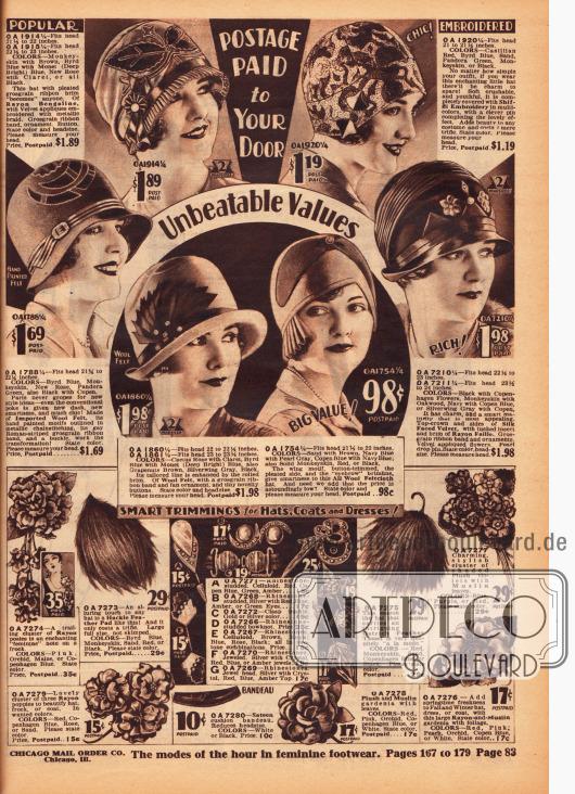 Fünf günstige Damenhüte und Kappen aus Rayon-Bengaline, Wollfilz und Seiden-Samt. Oben rechts wird eine durchgehend bestickte Kappe gezeigt. Stickereien, Kunstblumen, teilweise plissierte Ripsbänder oder auch Knöpfe zieren die restlichen Hüte. Im unteren Seitenbereich findet sich Zierrat zum Aufhübschen von Hüten, Kleidern und Mänteln, wie beispielsweise Stoffblüten aus Rayon, Quasten aus Straußenfedern sowie dekorative Hutnadeln und Schnallen mit Strass und Celluloid.