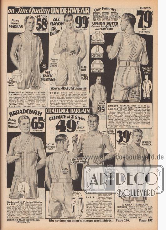 """""""Männer! Kaufen Sie hier und sparen Sie bei feiner Qualitätsunterwäsche"""" (engl. """"Men! Trade Here and Save [on Fine Quality Underwear]""""). Ärmellose Hemdhosen mit kurzen Hosenbeinen (einteilige Unterhemden mit angeschnittener Unterhose) aus gestreiftem Madras, Rayon Trikot, kleinkariertem Nainsook (Baumwollstoff) oder """"Dobby""""-Breitgewebe. Herrenunterwäsche mit Frontknopfleiste oder Schulterknopf sowie mit praktischen Klappsitzen. Das Hemdhosen-Modell oben rechts ist ein Produkt der Chicago Mail Order Marke R. F. D. (engl. """"Rugged-Full Cut-Dependable, Reg. U.S. Pat. Off. – Dienstleistungsmarke nach US-Markenrecht]. Der Rücken ist mit gekreuzten Hosenträger-Verstärkungen und elastischem Taillenband versehen."""