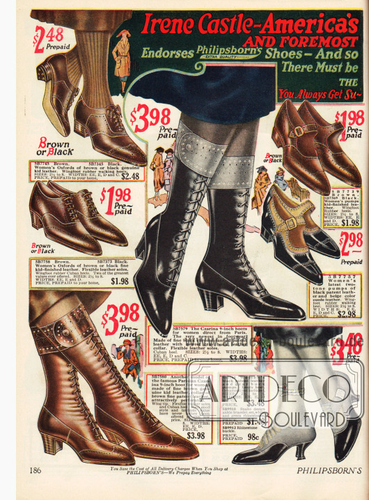 Seite mit Schuhen und Stiefeln. Neu und besonders modisch sind im Jahr 1922 russische Stiefel aus schwarzem Lackleder und verzierten Aufschlägen (unten rechts). Pumps mit Schnalle und Oxfords weisen niedrige Absätze und spitze Kappen auf. Unten in der Mitte befinden sich besonders kleidsame Abendschuhe aus Lackleder.