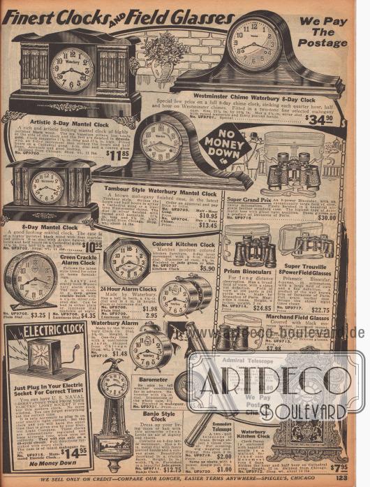 """""""Feinste Uhren und Feldstecher"""" (engl. """"Finest Clocks and Field Glasses""""). Schrankaufsatzuhren und Kaminuhren mit kunstvollen oder eher einfachen Gehäusen aus verschiedenen Harthölzern; darunter eine """"Westminster Chime Waterbury 8-Day Clock"""". Darunter befinden sich Küchenuhren und Wecker mit teilweise lumineszierenden Ziffernblättern, ein Barometer und unten links eine elektrische Uhr sowie unten rechts eine sehr opulente Küchenuhr (""""Waterbury Kitchen Clock"""") aus Walnussholz mit Kathedralen-Gong. In der Mitte rechts und unten sind Ferngläser, Prismenfernrohre, Prismengläser, ein ausziehbares Admiralsteleskop und ein kleineres Kommodore-Teleskop zu finden."""
