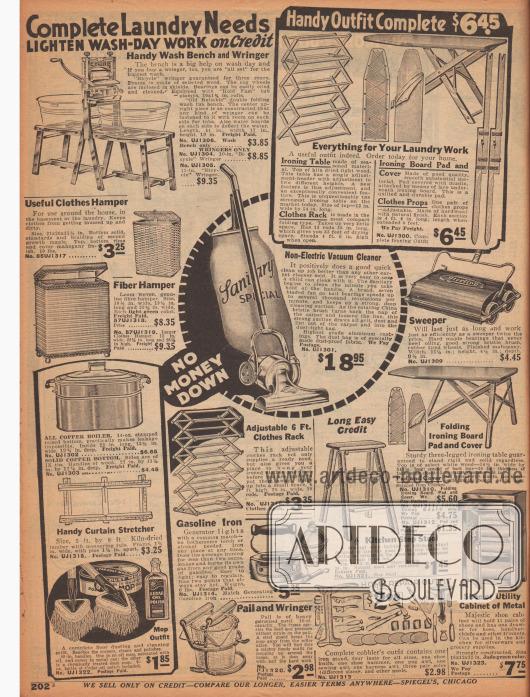 """""""Kompletter Bedarf für die Waschküche – Erleichtern Sie sich die Arbeit am Waschtag mit Kredit"""" (engl. """"Complete Laundry Needs – Lighten Wash-Day Work on Credit""""). Eine Waschbank mit Platz für zwei Waschbottiche und mit Wäschemangel, eine Bügelausstattung (ein Bügelbrett aus leichtem Holz, zwei Bezüge für das Waschbrett, ein hölzerner Kleiderständer sowie zwei Pfähle zum Spannen einer Wäscheleine), zwei Wäschekörbe, ein nicht-elektrischer Staubsauger, ein Kehrgerät der Marke Sterling, ein weiterer, ausziehbarer Wäscheständer, eine Trittleiter für die Küche, ein Benzin-Bügeleisen, ein Eimer mit einer Vorrichtung zum Auswringen des Mopps, ein Schuh- bzw. Schusterreparatur-Set sowie ein Aufbewahrungsschränkchen für Schuhe. Unten links befinden sich zudem ein kupferner Waschkessel mit Holzgriffen zum Kochen von Wäsche, ein hölzerner Vorhangspanner zum Trocknen von feinen Gardinen sowie ein Mopp-Set mit Poliermittel aus Zedernholz-Öl."""