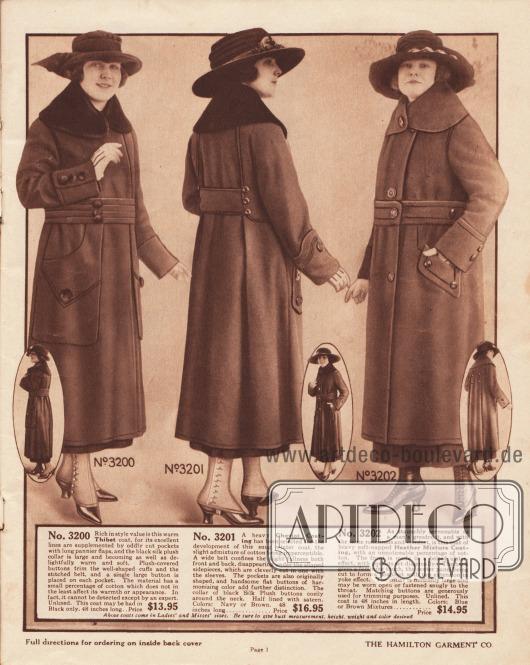 """Günstige Damenmäntel für Herbst- und Winter 1919 aus """"Thibet"""" (?), Cheviot-Mantelwolle und leicht genopptem """"Heather""""-Baumwoll-Woll-Mischgewebe speziell für Mäntel. Der erste Mantel besitzt einen plüschbesetzten Kragen und mit Plüsch überzogene, große Knöpfe. Die sehr großen Taschenklappen der aufgesetzten Taschen greifen bis unter den breiten Gürtel. Beim zweiten Modell hält der breite Gürtel die Weite des Mantels im Rücken zusammen, so dass der Stoff unterhalb der Taille in zwei scharfen Falten fällt. Wie beim ersten Modell ist der Kragen mit schwarzem Plüsch besetzt. Die Vorderseite und der Gürtel des dritten Herbstmantels sind ähnlich dem eines Ulster-Mantels für Herren gearbeitet. Im Rücken jedoch zeigt der Mantel einen femininen Touch durch zwei tiefe Kellerfalten, die von der Schulterpasse bis zum Saum reichen."""