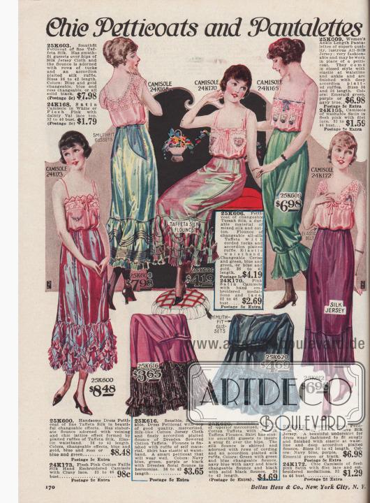 """""""Hübsche Petticoats und langes Beinkleid"""" (engl. """"Chic Petticoats and Pantalettes""""). Weite erzeugende Unterröcke (Damenunterwäsche) aus farblich changierender Taft-Seide, merzerisiertem, seidenartigem Baumwoll-Jersey und Baumwoll-Taft sowie Handschuh-Seiden-Jersey. Oben rechts ein langbeiniges Schlupfhöschen (Unterhose) mit breiten Rüschen an den Knöcheln. Die Petticoats zeigen an der Unterseite breite Volants mit dichten, plissierten Rüschen, Einsätzen aus Akkordeon-Plissee, Biesen und Reihziehungen. Mehrere Modelle mit Zwickeln an den Hüften für besseren Sitz; alle Petticoats mit elastischen Taillenbändern."""
